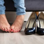 бороться с потливостью ног