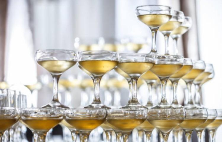 сделать пирамиду из шампанского